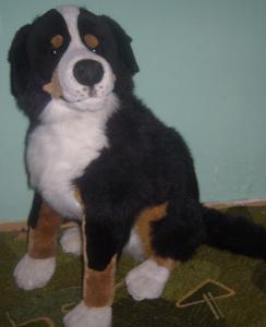 Větší sedící plyšový bernský salašnický pes