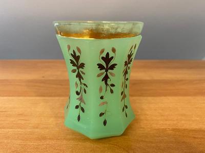 Biedermeier sklenice, opálové sklo s příměsí uranu, rok cca 1840, prům