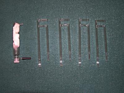 Laboratorní skleněný filtr a čtyři trubky s odbočkou