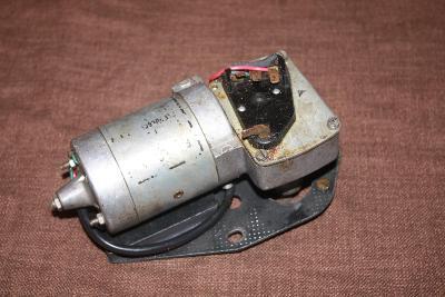 Motorek stěračů včetně plechu
