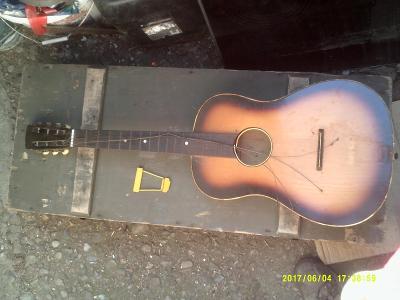 stará kytara torzo