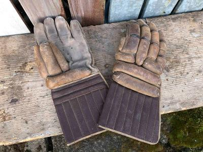 Staré sportovní rukavice