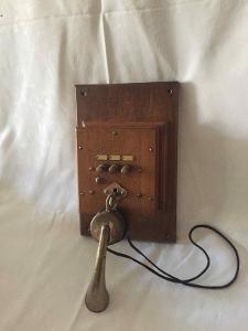 Starý telefon v dřevěné skříňce, kolem r. 1900