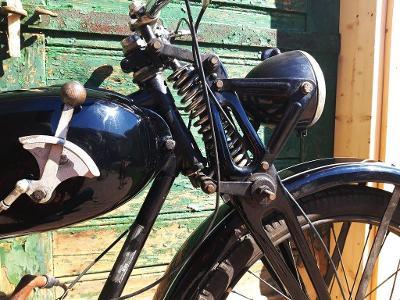 Stará motorka, motocykl SACHS 98 ccm3 s řazením na nádrži, do sbírky!