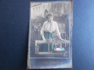 Umělecká pohlednice foto žena Velikonoce košík kraslice