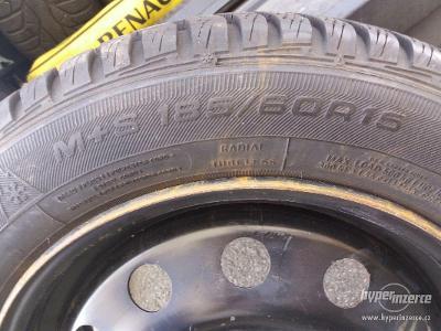 Sada zimních pneu na plech discích 185/60 R15 + poklice - výborný stav